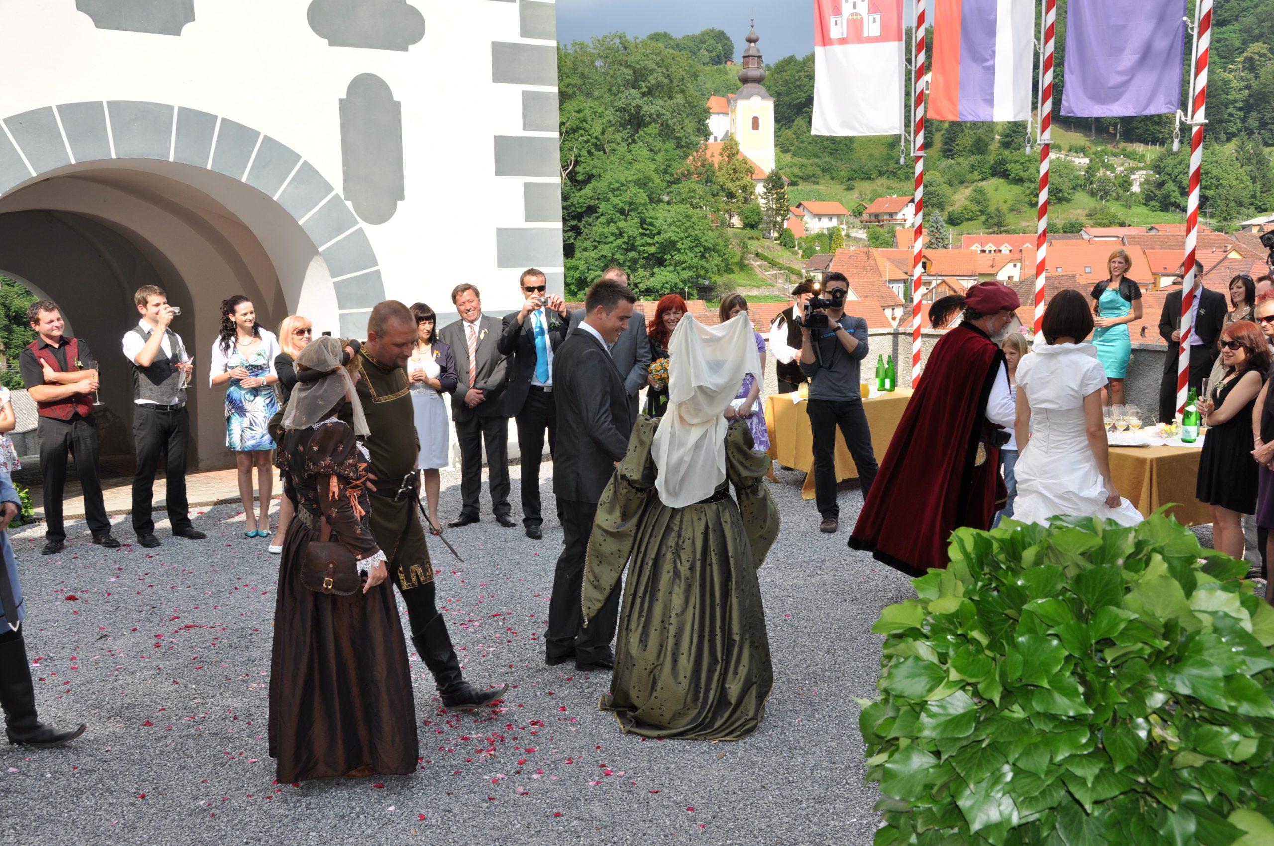 3 - Sprejem ženina in neveste na grajskem dvorišču v spremstvu plemstva_Dvorec Strmol, Rogatec