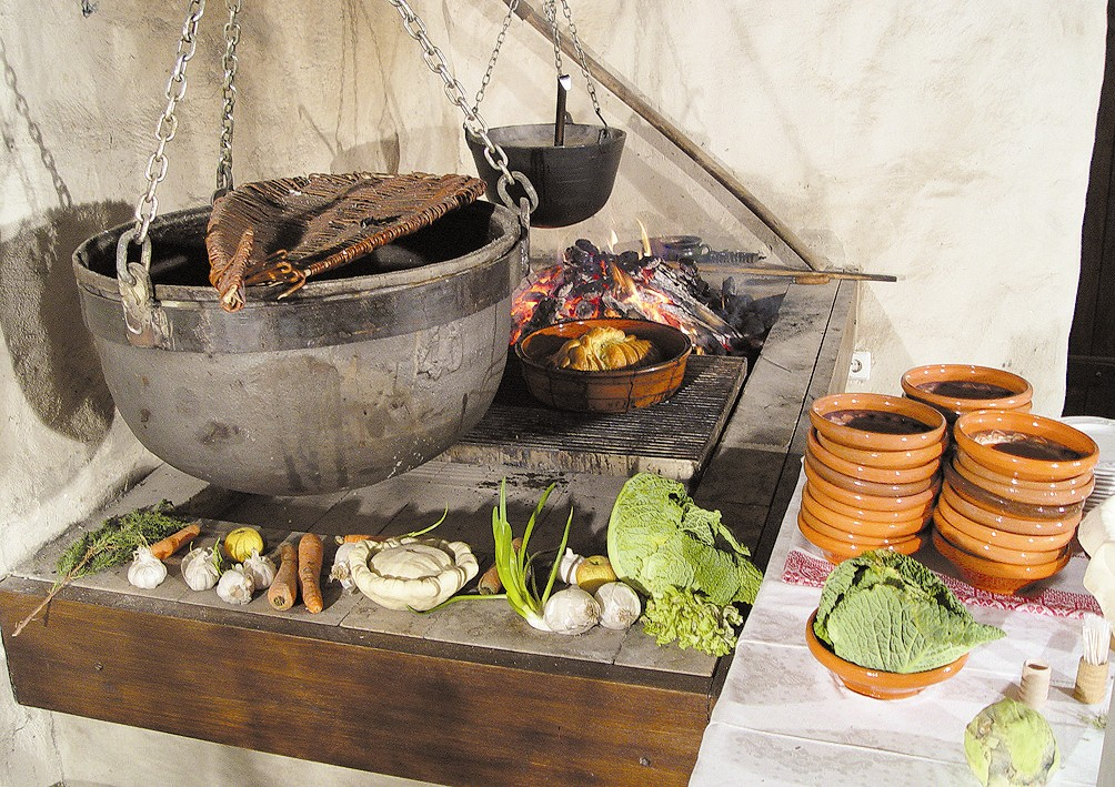 9 - Kotliček na ognjišču srednjeveške črne kuhinje_Dvorec Strmol, Rogatec