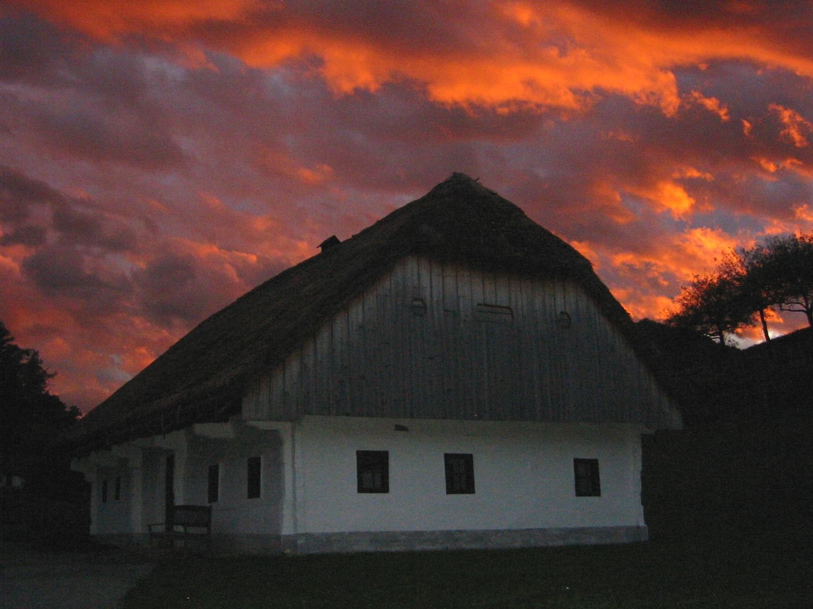 Ob sončnem zahodu v Muzeju na prostem Rogatec