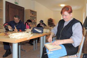 Pletenje iz ličja in ročno tkanje @ Rokodelski center Rogatec, Dvorec Stmol | Ljubljana | Slovenija
